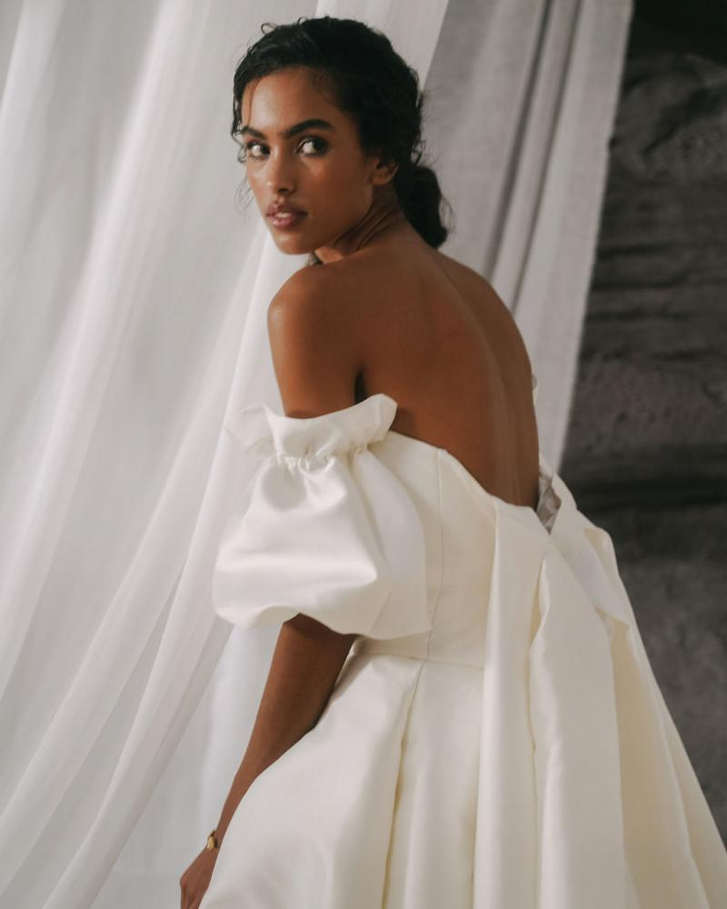 Jacqueline-Elizabeth-a modern bridal ballgown by Karen Willis Holmes with Detachable puff sleeves and dramatic Lindy Train